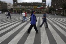 Personas caminan por un circuito de Zócalo en el centro de Ciudad de México. Imagen de archivo, 22 septiembre, 2014. La actividad económica de México (IGAE) se contrajo un 0.17 por ciento en agosto contra el mes previo, su primer tropiezo después de cuatro meses de aumentos, afectada por un débil comportamiento del consumo interno. REUTERS/Tomas Bravo
