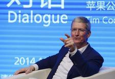 """El CEO de Apple, Tim Cook, habla en la universidad Tsinghua en Beijing, 23 octubre, 2014.  El presidente ejecutivo de Apple, Tim Cook, dijo el viernes que mantuvo conversaciones """"muy abiertas"""" sobre privacidad y seguridad con funcionaros chinos, según una entrevista difundida por la agencia oficial Xinhua. REUTERS/China Daily"""