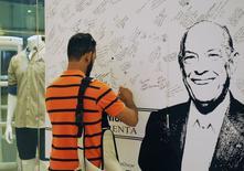 Fã do estilista Oscar de la Renta deixa mensagem de condolência na vitrine de uma das lojas da marca dele, em Santo Domingo, na República Dominicana, na quarta-feira. 22/10/2014 REUTERS/Ricardo Rojas