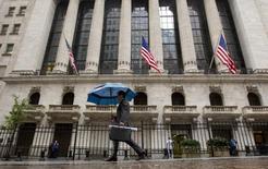 La baisse des valeurs de l'énergie a alimenté le repli récent du marché actions américain plus que tout autre compartiment. Les investisseurs attendent donc beaucoup de la vague de résultats de la semaine à venir pour voir si le secteur peut sortir de l'ornière. /Photo prise le 16 octobre 2014/REUTERS/Brendan McDermid