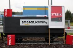 Le syndicat allemand des services Verdi a appelé les salariés d'Amazon à se mettre en grève à partir de ce lundi sur cinq sites du géant américain du commerce en ligne en Allemagne, réclamant depuis plusieurs mois à Amazon une revalorisation des salaires et une amélioration des conditions de travail. Le spécialiste du commerce en ligne emploie au total 9.000 salariés dans neuf entrepôts en Allemagne, son marché le plus important derrière les Etats-Unis, ainsi que 14.000 saisonniers. /Photo prise le 24 septembre 2014/REUTERS/Ina Fassbender