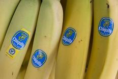 Bananas con stickers de Chiquita a la venta en un local en el centro de Londres. Imagen de archivo, 12 agosto, 2014. El consorcio brasileño Cutrale-Safra acordó el lunes adquirir al productor de bananas con sede en Estados Unidos Chiquita Brands International Inc en un acuerdo calculado en 1.300 millones de dólares. REUTERS/Neil Hall