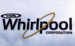 Логотип Whirlpool на заводе в Кливленде 21 августа 2013 года.  Квартальная прибыль Whirlpool Corp выросла благодаря улучшению продаж посудомоечных машин, фенов, кухонных плит, духовок и холодильников в США и Европе. REUTERS/Chris Berry