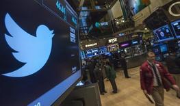 El logo de Twitter mostrado en el piso de la Bolsa de Nueva York. Imagen de archivo, 08 noviembre, 2013. Twitter Inc anunció el lunes una decepcionante caída del 7 por ciento de una medida de fidelidad en el tercer trimestre, pese a que su base de usuarios creció un 23 por ciento, lo que llevó a que sus acciones cayeran más de un 9 por ciento. REUTERS/Brendan McDermid
