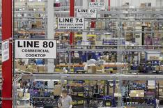 Un grupo de trabajadores en la planta manufacturera de Whirlpool en Cleveland, ago 21 2013. La demanda por bienes de capital fabricados en Estados Unidos anotó en septiembre su mayor caída en ocho meses y el ritmo de aumento de los precios de las viviendas se moderó en agosto, lo que sugiere cierto enfriamiento del crecimiento económico en el tercer trimestre.   REUTERS/Chris Berry