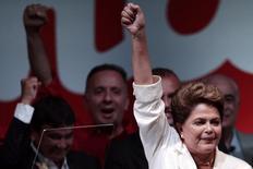 La reelecta mandataria de Brasil, Dilma Rousseff, saluda tras la entrega de resultados en las elecciones presidenciales en Brasilia, oct 26 2014. Las promesas de reformas en los mercados emergentes han alentado a los inversores este año, pero la votación en Brasil en contra de cualquier cambio en la cúpula de su Gobierno está generando preguntas sobre si las mejoras se cumplirán en países en crecimiento como India e Indonesia. REUTERS/Ueslei Marcelino