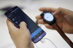 Смартфон LG G3 и часы G Watch R на выставке Korea Electronics Show в Кояне 17 октября 2014 года. Южнокорейская Electronics Inc отчиталась в среду об удвоении квартальной операционной прибыли за счет роста мобильного бизнеса до пятилетнего максимума. REUTERS/Kim Hong-Ji