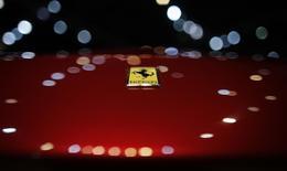 Логотип Ferrari на модели Berlinette на Mondial de l'Automobile в Париже 28 октября 2012 года. Fiat Chrysler Automobiles (FCA) планирует провести листинг бренда класса люкс Ferrari и выпустить конвертируемые облигации на $2,5 миллиарда. REUTERS/Christian Hartmann