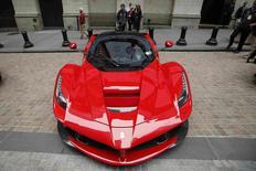 Fiat Chrysler Automobiles (FCA) annonce mercredi son intention d'introduire en Bourse sa marque de luxe Ferrari et d'émettre pour 2,5 milliards de dollars (deux milliards d'euros) d'obligations convertibles afin de financer une partie de son ambitieux plan stratégique. /Photo prise le 13 octobre 2014/REUTERS/Eduardo Munoz