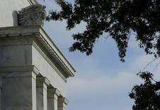 Le programme de rachats d'actifs de la Réserve fédérale a pris fin en octobre et la Fed reste confiante sur les perspectives de la reprise aux Etats-Unis en dépit des nombreux signes de ralentissement perceptibles dans l'économie mondiale. /Photo prise le 28 octobre 2014/REUTERS/Gary Cameron