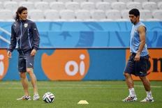 Cavani e Suárez treinam antes de jogo da Copa contra a Inglaterra, em São Paulo, em 18 de junho.    REUTERS/Damir Sagolj