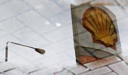 Royal Dutch Shell a battu le consensus en annonçant jeudi un bénéfice hors exceptionnels de 5,8 milliards de dollars au troisième trimestre, en hausse de 31%, et maintenu son dividende grâce aux solides résultats en amont et en aval. /Photo d'archives/REUTERS/Luke Macgregor