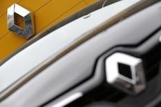 Renault, qui a fait état d'une croissance de 6,7% de son chiffre d'affaires au troisième trimestre, s'adjuge 2,28% vers 13h20, jeudi. Au même moment, le CAC perd 0,95% à 4.071,6 points. /Photo d'archives/REUTERS/Christian Hartmann