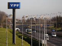 Un anuncio de YPF en una carretera de Buenos Aires, ago 28 2014. La petrolera argentina YPF, controlada por el Estado, habría casi duplicado sus ganancias en el tercer trimestre del año gracias a mayores precios y un aumento de producción, según un sondeo de por Reuters. REUTERS/Enrique Marcarian