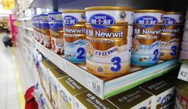 Danone va prendre une participation de 25% dans Yashili International Holdings pour un montant de 437 millions d'euros, par le biais d'une augmentation de capital réservée lancée par la société chinoise de lait infantile. /Photo d'archives/REUTERS/Kim Kyung-Hoon