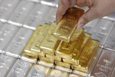 Слитки золота и серебра на заводе Oegussa в Вене 26 августа 2011 года. Золото и серебро подешевели до минимумов с 2010 года в пятницу из-за хороших экономических данных из США и укрепления доллара, также снижению цен на металлы способствовала фиксация убытков инвесторами. REUTERS/Lisi Niesner