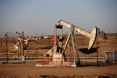Нефтяное месторождение в Калифорнии 14 октября 2014 года. Фьючерсы на нефть Brent упали ниже $86 за баррель в пятницу на фоне сильного доллара и хорошо снабженного рынка, в результате чего могут завершить октябрь максимальным месячным снижением с мая этого года. REUTERS/Lucy Nicholson