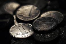 Monedas de yuanes chinos vistos en una fotografía tomada en Shanghai. Imagen de archivo, 07 abril, 2013. El sector bancario informal de China siguió creciendo a una velocidad vertiginosa en el 2013 y ahora se ubica como el tercero más grande del mundo, mostró el viernes un reporte publicado por el Consejo de Estabilidad Financiera. REUTERS/Carlos Barria