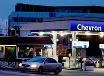 Chevron Corp annonce vendredi une hausse de 13% de son bénéfice trimestriel, la baisse des cours du brut ayant dopé ses marges de raffinage et compensé les résultats décevants de ses activités de production de pétrole et de gaz. /Photo d'archives/REUTERS/Fred Prouser