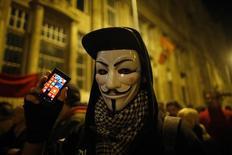 Участник акции протеста против введения нового налога на интернет в Будапеште 28 октября 2014 года. Венгерский премьер-министр Виктор Орбан в пятницу приостановил подготовку закона о налоге на интернет-трафик, пойдя на уступки после масштабных уличных протестов и предупреждений Евросоюза о том, что такой сбор был бы ошибкой. REUTERS/Laszlo Balogh