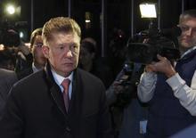 Глава Газпрома Алексей Миллер на переговорах в Брюсселе 30 октября 2014 года. Российский экспортер газа Газпром возобновит прерванные в июне поставки газа Украине только после получения $2,2 миллиарда - части долга за ранее поставленный газ и предоплаты поставок в ноябре. REUTERS/Francois Lenoir