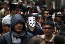 Imagen de archivo de una manifestación por el día del Trabajador en Bogotá, mayo 1 2014. El desempleo urbano en Colombia disminuyó a un 9,3 por ciento interanual en septiembre, su nivel más bajo para ese mes en los últimos 14 años, un dato que permitió mantener el indicador en un dígito, informó el viernes el Departamento Nacional de Estadísticas (DANE).  REUTERS/John Vizcaino