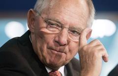 El ministro de finanzas de Alemania, Wolfgang Schauble, durante una reunión anual del FMI en Washington. Imagen de archivo, 09 octubre, 2014.  El ministro de Finanzas de Alemania, Wolfgang Schaeuble, dijo el viernes que considera que el consumo y el empleo se mantienen sólidos en su país, pero que los riesgos geopolíticos estaban socavando la confianza en Europa.  REUTERS/Joshua Roberts