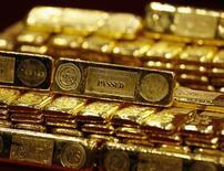 Fotografía de lingotes de oro de 24 kilates tomada en Hong Kong. Imagen de archivo, 14 febrero, 2013.  Los precios del oro están cerca de su menor valor en cuatro años, pero esto no ha tentado a los compradores en el principal mercado del metal, China, sugiriendo que los precios podrían caer aún más. REUTERS/Bobby Yip