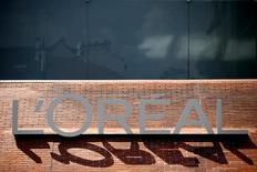 L'Oréal, numéro un mondial des cosmétiques, a fortement ralenti la cadence au troisième trimestre, plombé par une baisse des ventes de sa division de produits grand public en Europe de l'Ouest. /Photo  prise le 24 juillet 2014//REUTERS/Benoit Tessier
