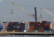 Una serie de contenedores almacenados en el puerto brasileño de Santos, feb 22 2013. Brasil tuvo un déficit comercial de 1.180 millones de dólares en octubre, mostraron el lunes datos del Gobierno, su segunda brecha mensual consecutiva que plantea riesgos de que el país registre su primer saldo anual negativo en más de una década. REUTERS/Paulo Whitaker