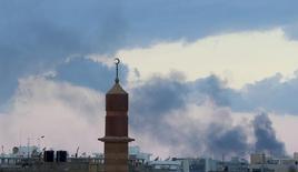 Intensos combates levantam fumaça perto do porto, em Benghazi, no leste da Líbia, nesta segunda-feira. 03/11/2014 REUTERS/Esam Omran Al-Fetori