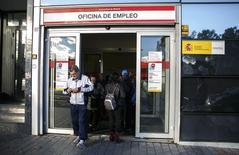 Personas en una oficina de empleo del gobierno en Madrid, 04 noviembre, 2014. El número de desempleados registrados en España aumentó un 1,78 por ciento en octubre respecto al mes anterior, o en 79.154 personas, lo que dejó a 4,53 millones de personas sin trabajo, mostraron el martes datos del Ministerio de Empleo. REUTERS/Andrea Comas