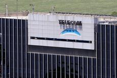 El logo de Telecom visto en las oficinas de la compañía en Buenos Aires. Imagen de archivo, 13 noviembre, 2013. Telecom de Argentina, una de las mayores telefónicas del país, reportó el martes un aumento del 13,8 por ciento en su utilidad interanual en los primeros nueve meses del 2014, impulsada básicamente por sus negocios de datos, banda ancha fija y servicios móviles. REUTERS/Enrique Marcarian