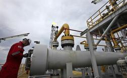 Un hombre trabaja en la plataforma de Cidade Angra dos Reis en el campo de petróleo Lula, al rededor de 300 km de Rio de Janeiro. Imagen de archivo, 16 febrero, 2011. , La producción de petróleo de Brasil alcanzó un récord de 2,358 millones de barriles por día en septiembre, casi un 13 por ciento más que hace un año, dijo el martes la Agencia Nacional de Petróleo, Gas Natural y Biocombustibles (ANP). REUTERS/Sergio Moraes