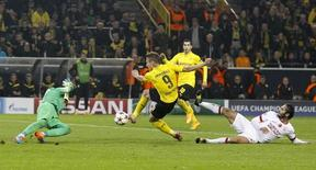 Immobile marca gol do Borussia Dortmund contra o Galatasaray.     REUTERS/Wolfgang Rattay