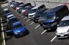 Сотрудник шоу-рума Toyota Motor Corp проверяет одну из машин в Токио 5 августа 2014 года. Операционная прибыль Toyota Motor Corp выросла на 11,3 процента во втором квартале финансового года, превысив ожидания аналитиков, благодаря слабой иене и хорошим продажам в США. REUTERS/Yuya Shino