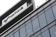 Natixis est l'une des valeurs à suivre à la Bourse de Paris après avoir confirmé mardi son objectif de distribution de dividende à la suite de résultats en hausse au titre du troisième trimestre. /Photo d'archives/REUTERS/Jacky Naegelen