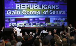 Сторонники Республиканской партии радуется результатам голосования в Денвере, Колорадо 4 ноября 2014 года. Республиканцы выиграли промежуточные выборы во вторник и получили контроль над Сенатом, к разочарованию президента США Барака Обамы, поскольку это ограничит его политическое влияние и сократит список его законодательных инициатив в последние два года на посту главы государства. REUTERS/Rick Wilking