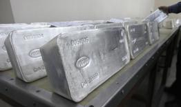 Un trabajador guarda lingotes de 99,99 por ciento de plata pura en una planta de metales en la ciudad rusa de Krasnoyarsk. Imagen de archivo, 28 marzo, 2011.  Una fuerte caída en los precios de la plata a mínimos de cuatro años ha provocado una oleada de compras de monedas y barras de ese metal precioso.  REUTERS/Ilya Naymushin