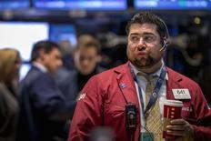 Un grupo de operadores en la bolsa de Wall Street en Nueva York, nov 3 2014. La bolsa de Nueva York subía el miércoles en la apertura después de que el Partido Republicano tomara el control del Senado de Estados Unidos en las elecciones de mitad de mandato, tal como se esperaba.      REUTERS/Brendan McDermid