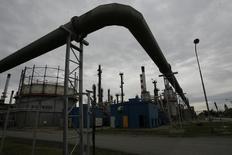 НПЗ NIS в Панчево 5 декабря 2008 года. Сербская нефтяная компания NIS, подконтрольная Газпромнефти, снизила чистую прибыль на 33 процента за девять месяцев 2014 года за счет ослабления местной валюты, низкого спроса на рынке нефтяных деривативов и снижения цен на нефть. REUTERS/Ivan Milutinovic