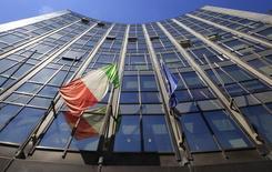 Le groupe italien d'aéronautique et de défense Finmeccanica a revu à la hausse ses objectifs de commandes, de chiffre d'affaires et de bénéfices sur l'année après avoir enregistré une réduction de ses pertes sur neuf mois. /Photo d'archives/REUTERS/Max Rossi