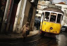 Dans une rue de Lisbonne. Un relâchement des efforts de consolidation budgétaire et de réformes du Portugal depuis la sortie de son plan de sauvetage en mai pourrait peser sur la croissance et la réduction de la dette du pays, ont averti mercredi ses créanciers du Fonds monétaire international (FMI) et de l'Union européenne (UE). /Photo d'archives/REUTERS/Rafael Marchante