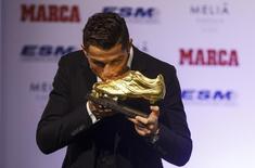 Cristiano Ronaldo beija Chuteira de Ouro em cerimônia em Madri nesta quarta-feira.  REUTERS/Sergio Perez