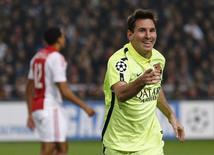 Atacante do Barcelona Lionel Messi comemora gol marcado contra o Ajax pela Liga dos Campeões em Amsterdã. 05/11/2014 REUTERS/Michael Kooren