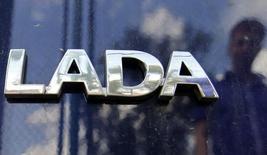 Логотип Lada на автомобиле в дилерском центре в Санкт-Петербурге 9 июля 2014 года. Продажи автомобилей самого популярного в РФ бренда Lada увеличились в октябре 2014 года на 0,4 процента до 37.788 штук, сообщил в четверг их производитель Автоваз, значительная часть автомобилей которого с начала осени продается по госпрограмме поддержки авторынка. REUTERS/Alexander Demianchuk