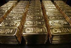Слитки золота на заводе Argor-Heraeus SA в швейцарском городе Мендризио 13 ноября 2008 года. Цены на золото растут на фоне ослабления доллара, но остаются вблизи минимального уровня с апреля 2010 года. REUTERS/Arnd Wiegmann