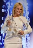 Miranda Lambert posa com prêmios recebidos no 48º CMA Awards em Nashville. 05/11/2014 REUTERS/Eric Henderson