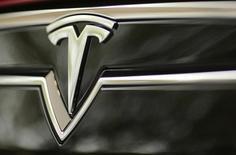 Tesla Motors, à suivre jeudi sur les marchés américains. Le constructeur de voitures électriques a publié mercredi soir des résultats meilleurs que prévu. /Photo d'archives/REUTERS/Robert Galbraith
