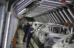 Trabajadores brasileños pulen automóviles Ford en una línea de ensamblaje en una de sus plantas en Sao Bernardo do Campo, cerca de Sao Paulo. Imagen de archivo, 13 agosto, 2013. La producción de automóviles en Brasil bajó un 2,5 por ciento en octubre desde septiembre, mientras que las ventas aumentaron un 3,6 por ciento en el mismo período, informó el jueves la asociación nacional de empresas del sector. REUTERS/Nacho Doce